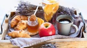 Prima colazione della tavola di prima colazione sulla tavola con la tazza del coffe immagini stock libere da diritti
