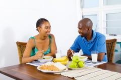 Prima colazione delle coppie dell'afroamericano Immagine Stock