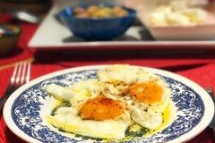 Prima colazione delle uova con il fondo della sfuocatura Immagine Stock