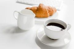Prima colazione di affari in ufficio con latte, caffè ed il croissant sul fondo bianco della tavola Immagine Stock Libera da Diritti
