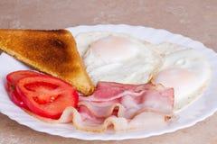 Prima colazione di bacon, delle uova e del pane tostato Fotografie Stock Libere da Diritti