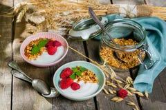 Prima colazione di estate - granola con le fragole ed il yogurt fotografie stock