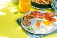 Prima colazione di estate - uova, bacon, pancake, cereale fotografia stock