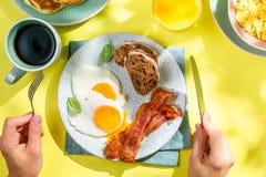 Prima colazione di estate - uova, bacon, pancake, cereale fotografia stock libera da diritti