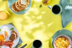 Prima colazione di estate - uova, bacon, pancake, cereale immagine stock