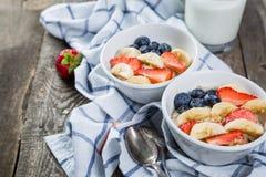 Prima colazione di festa dell'indipendenza - pasto dell'avena con la fragola ed il mirtillo immagini stock