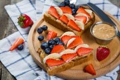 Prima colazione di festa dell'indipendenza - tosti con la fragola ed il mirtillo fotografie stock libere da diritti