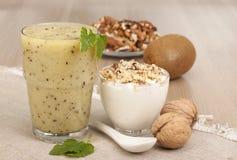 Prima colazione di forma fisica con yogurt Fotografie Stock Libere da Diritti