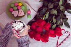 Prima colazione di inverno a letto con le rose rosse ed il cuore del candie dello zucchero Fotografia Stock Libera da Diritti