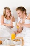 Prima colazione di luna di miele dell'albergo di lusso - coppia in base Fotografie Stock
