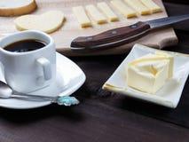 Prima colazione di mattina con caffè e un certo formaggio Fotografie Stock