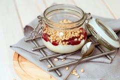 Prima colazione di mattina con i pinoli, l'inceppamento ed il yogurt Fotografie Stock