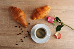 Prima colazione di mattina - due croissant, caffè e rose rosse con il tor immagini stock libere da diritti