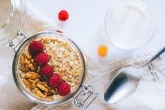 Prima colazione di mattina, farina d'avena con i lamponi rossi e gialli Fotografia Stock