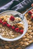 Prima colazione di mattina, farina d'avena in latte con i lamponi Immagini Stock Libere da Diritti