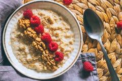 Prima colazione di mattina, farina d'avena in latte con le bacche Immagini Stock Libere da Diritti