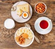 Prima colazione di mattina, su una tavola di legno, vista superiore Un vetro o fotografia stock