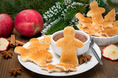 Prima colazione di Natale - pane tostato sotto forma di piccoli uomini Fotografia Stock