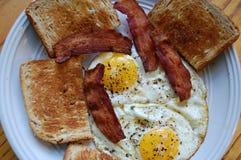 Prima colazione di pancetta affumicata e delle uova Immagini Stock Libere da Diritti