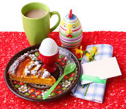 Prima colazione di Pasqua con un uovo, un grafico a torta e una scheda per un ospite Fotografie Stock