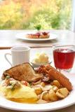 Prima colazione di potenza - uova, salsiccie, pancetta affumicata e pane tostato fotografia stock