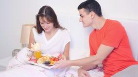 Prima colazione di sorpresa per il giorno del ` s del biglietto di S. Valentino video d archivio