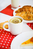 Prima colazione di tè con il limone e due croissaints Fotografie Stock Libere da Diritti