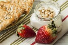 Prima colazione di yogurt, dei muesli, delle bacche e dei biscotti Fotografia Stock