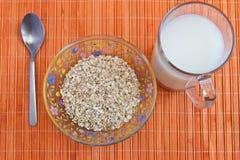 Prima colazione dietetica: farina d'avena e latte Fotografia Stock Libera da Diritti