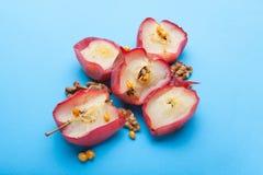 Prima colazione dietetica inglese - mele al forno con i dadi e le bacche su un fondo blu fotografie stock libere da diritti