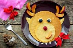 Prima colazione divertente di Natale dei pancake fotografia stock libera da diritti