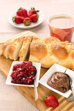 Prima colazione dolce del pane con l'inceppamento ed il cioccolato di fragola immagini stock libere da diritti