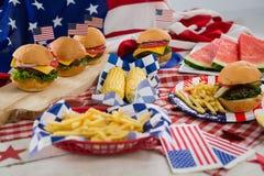 Prima colazione e bandiera americana sulla tovaglia Fotografia Stock