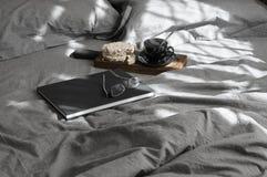 Prima colazione e libro in letto grigio a luce solare Fotografia Stock Libera da Diritti