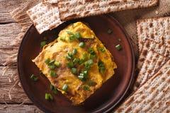 Prima colazione ebrea: brei del matzah con il primo piano delle cipolle verdi horizo Immagini Stock