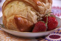 Prima colazione fatta del croissant e delle fragole Fotografia Stock Libera da Diritti