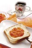 Prima colazione, fetta di pane tostato con burro ed inceppamento arancio Fotografia Stock Libera da Diritti