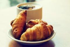 Prima colazione fresca saporita con i croissant sul piatto sulla tavola di legno Fotografie Stock Libere da Diritti