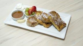 Prima colazione gastronomica del pane tostato francese con frutta Fotografia Stock Libera da Diritti