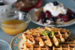 Prima colazione gastronomica delle cialde saporite fotografia stock libera da diritti