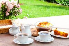 Prima colazione in giardino fotografia stock