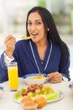 Prima colazione indiana della donna Immagine Stock