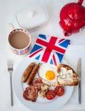 Prima colazione inglese con la tazza di tè, di pane tostato e della bandiera di britannici Fotografia Stock