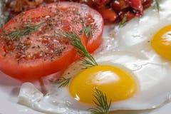 Prima colazione inglese con le uova, i fagioli, il bacon e le salsiccie fotografia stock libera da diritti