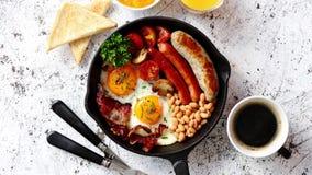 Prima colazione inglese deliziosa in ferro che cucina pentola video d archivio