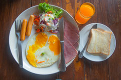 Prima colazione inglese - pane tostato, uovo, bacon e verdure Fotografia Stock