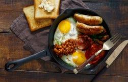 Prima colazione inglese piena in padella d'annata, vista superiore fotografie stock