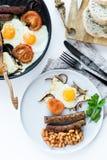 Prima colazione inglese su un piatto grigio su un fondo bianco fotografie stock libere da diritti