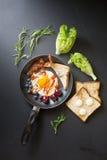 Prima colazione inglese - uovo fritto, bacon, ciliegia del blueberryand del pane fotografia stock