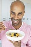 prima colazione invecchiata che mangia la metà sana dell'uomo Immagine Stock